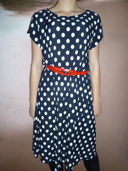 Letní šaty s puntíky a červeným páskem
