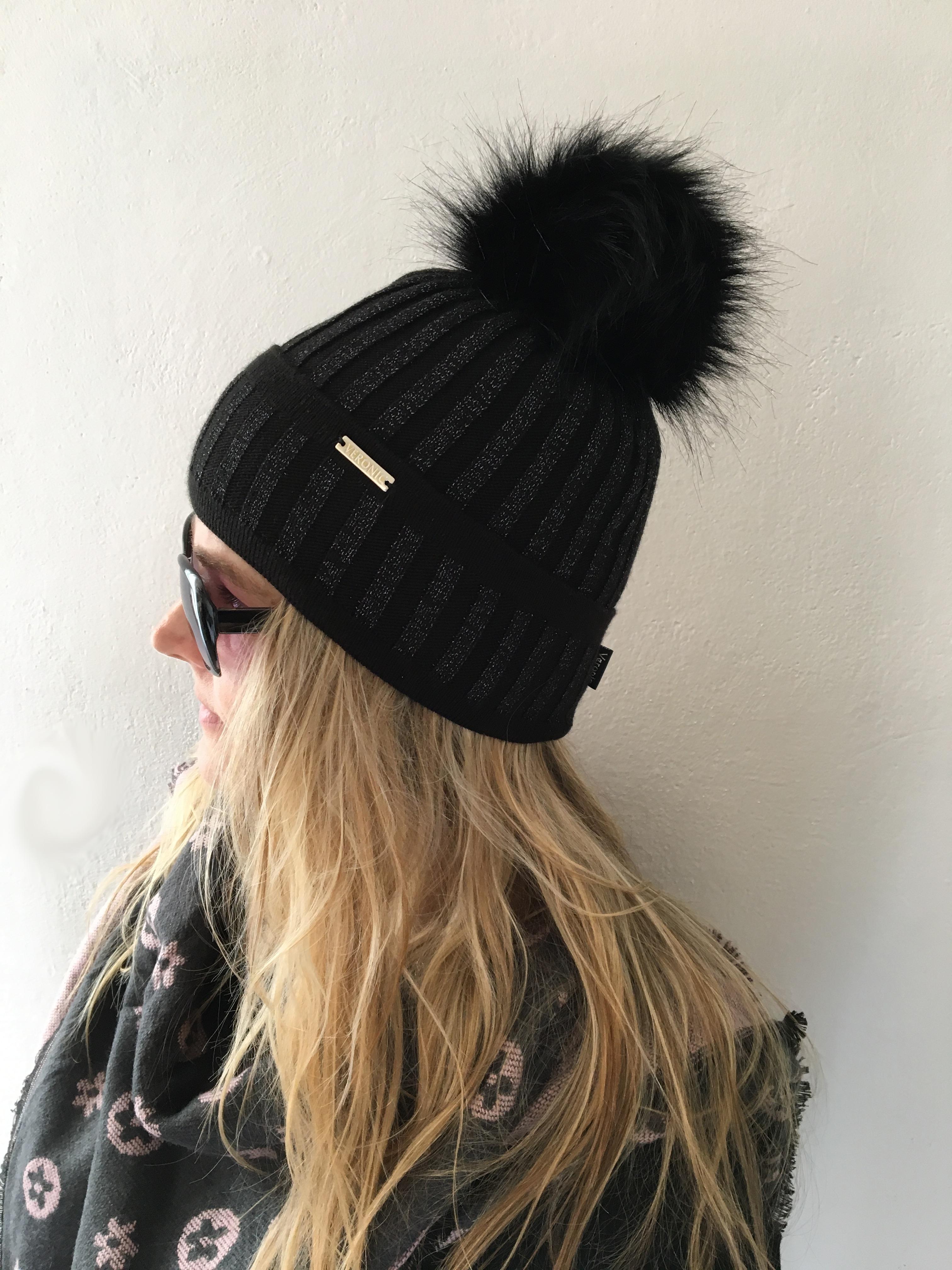 f8b5fe4bb8b Dámská zimní čepice s bambulí černá