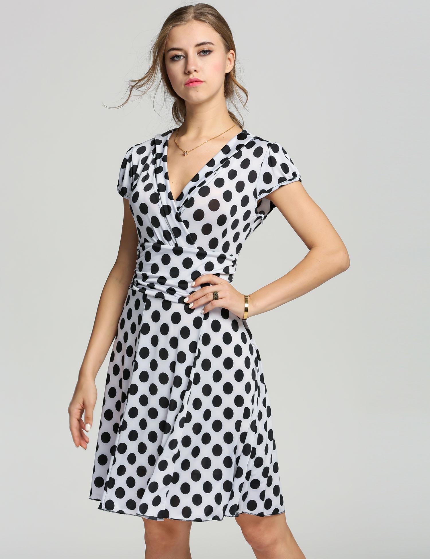 1a85d63c2c8 002 Letní zavinovací šaty s puntíky bíločerné